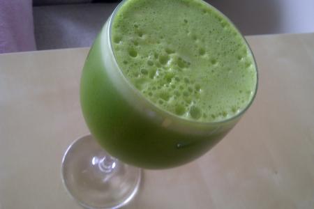 Detoxifying Green Ginger Juice + Benefits of Juicing thumbnail